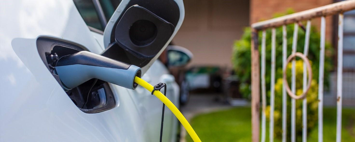 Latauspistoke on yhdistetty sähköautoon.
