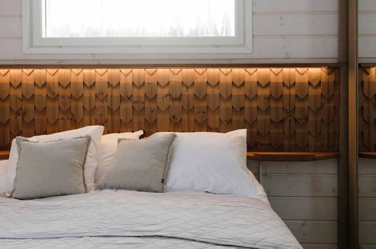 Jukola Industrisin kaunista puupanelointia sängyn päädyssä