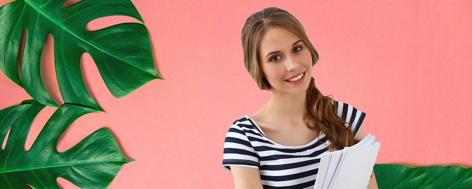 Nainen vaaleanpunaista taustaa vasten papereita käsissään, kuvituskuva.