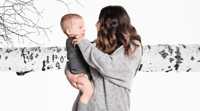 Äiti, lapsi ja koivu, kuvituskuva.