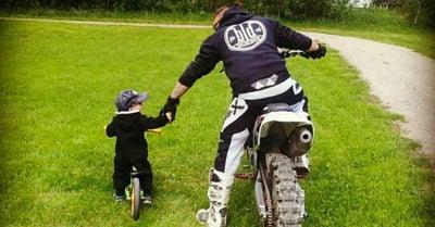 Isä ja poika moottoripyörällä ja polkupyörällä, kuvituskuva.