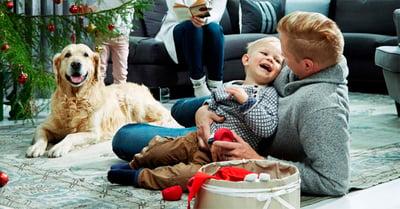 Isä, poika ja koira jouluaattona, kuvituskuva.
