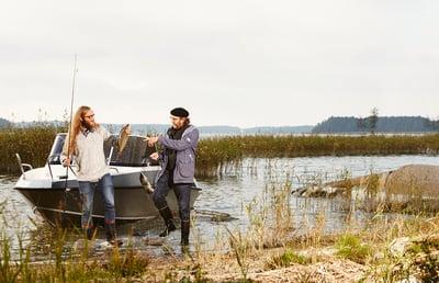 Kaksi miestä kalassa, kuvituskuva.