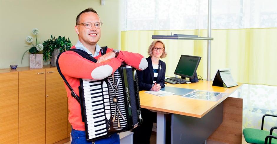 Anne Mäkinen, Janne Viitaniemi ja haitari Tampereen konttorilla, kuvituskuva