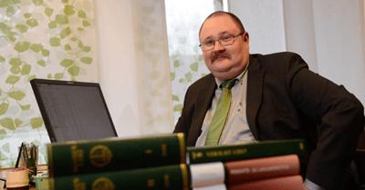 Lakimies Aleksi Forsström Kurikan konttorilla, kuvituskuva.