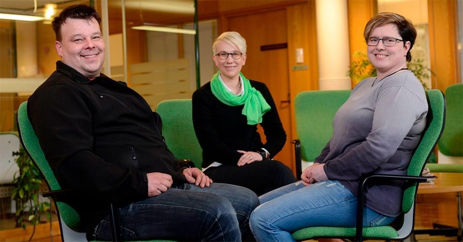 Sanna ja Pauli Koivula ja asiakasvastaava Riitta Mikkola Kurikan konttorilla, kuvituskuva.