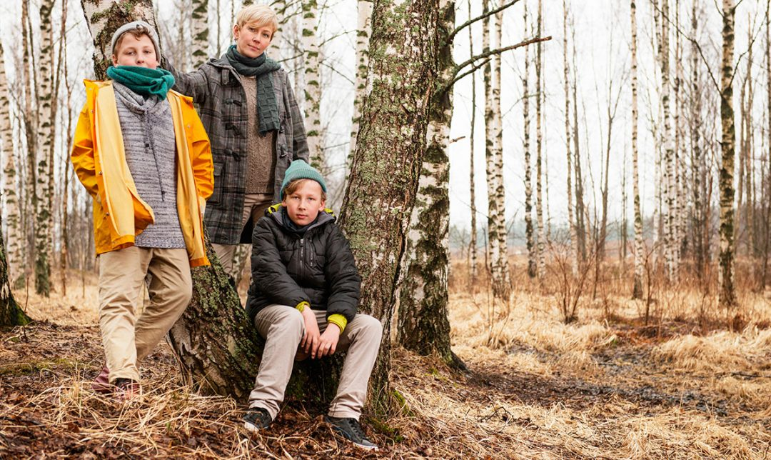 Äiti ja pojat metsässä, kuvituskuva