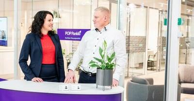 Palvelupäällikkö Elina Nieminen ja rahoitusasiantuntija Jarmo Leppänen Seinäjoen Ideaparkin konttorilla, kuvituskuva.