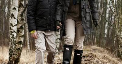 Pariskunta käsi kädessä metsässä, kuvituskuva.