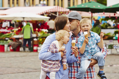 Perhe torilla jäätelöllä, kuvituskuva.