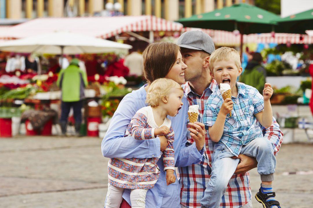 Perhe syö torilla jäätelöä, kuvituskuva.