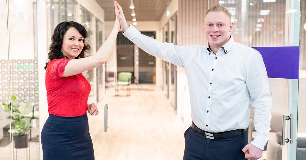 Palvelupäällikkö Elina Nieminen ja rahoitusasiantuntija Jarmo Leppänen Seinäjoen Ideaparkin konttorissa, kuvituskuva.