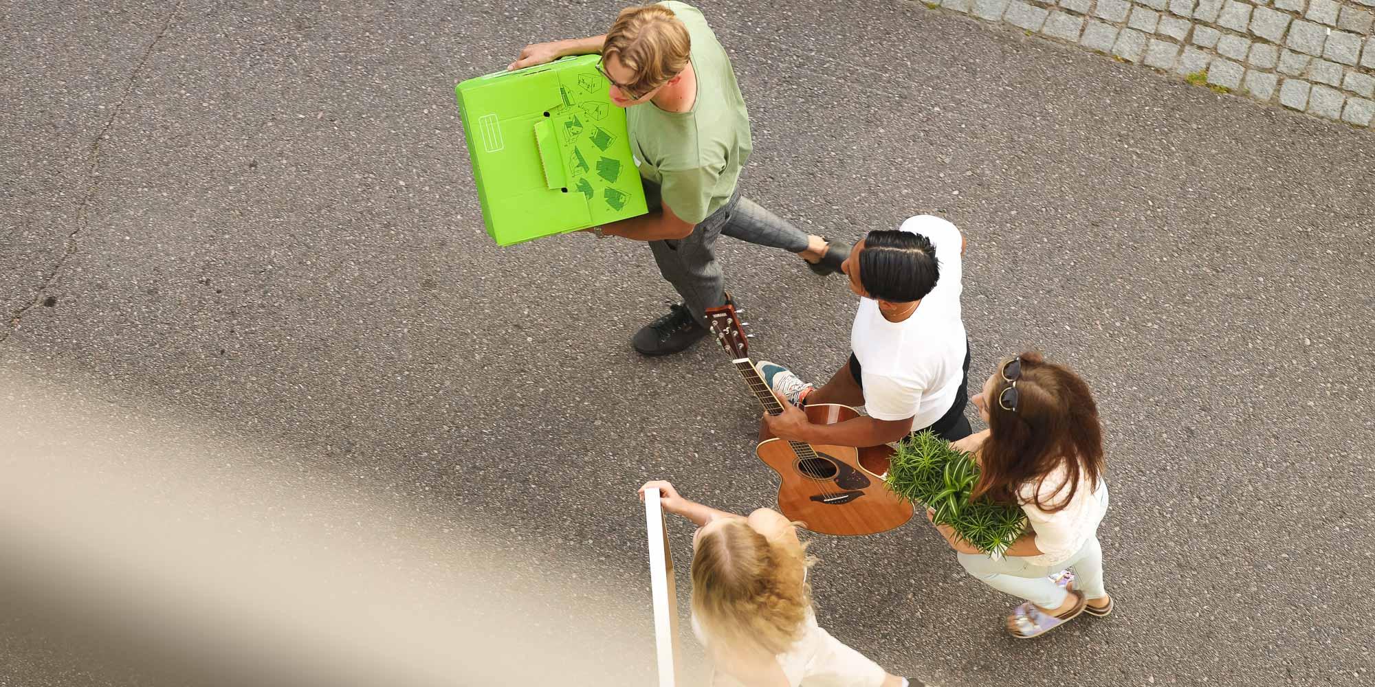 Opiskelijaporukka muuttopuuhissa, kuvituskuva.